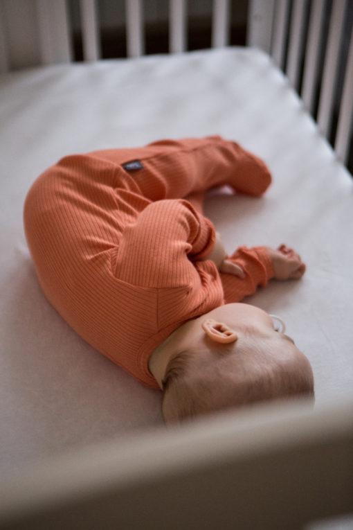Pomarańczowy pajacyk dla niemowląt prążkowany