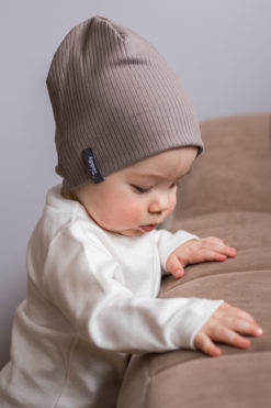 Czapka niemowlęca smerf z prążkowanej bawełny organicznej w kolorze brązowym